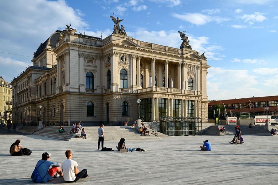 Name:  1024px-Ansicht_vom_neu_gestalteten_'Sechseläutenplatz'_auf_das_Opernhaus_in_Zürich_2013-08-31_18.jpg Views: 142 Size:  99.2 KB